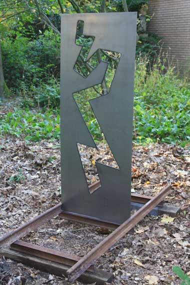 <p>plaatstaal en spoorrails 2013</p> <p>170 x 65 x 160 cm</p>